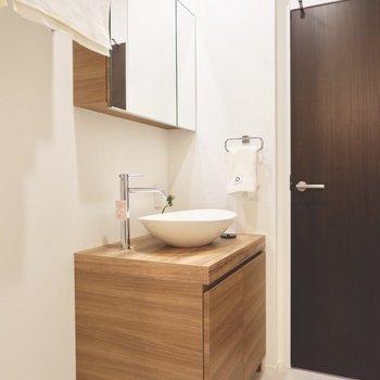 洗面台は木目調のデザインです。