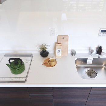 調理スペースが広く取られ、コンセントもある利便性の高さです。