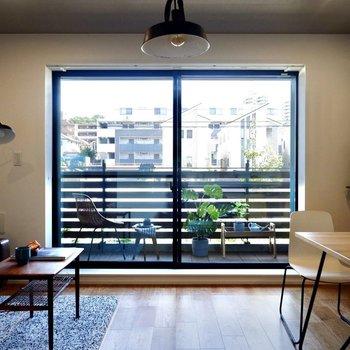 通常よりも大きな窓がお部屋全体に光を届けます。