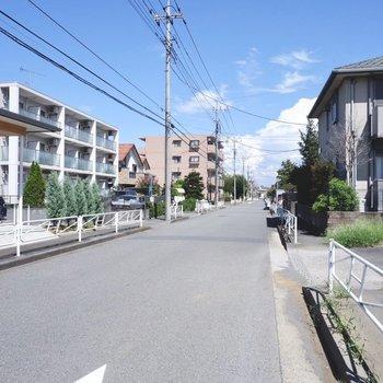 建物前の通りです。車通りや人通りはさほど多くありませんでした。