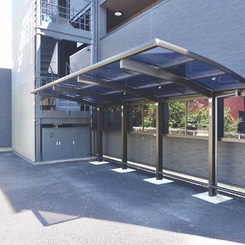 駐輪場は建物裏に屋根付きです。