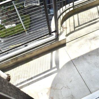 洋室6帖】こちらにも、小さめのバルコニーが。日向ぼっこができそう・・!
