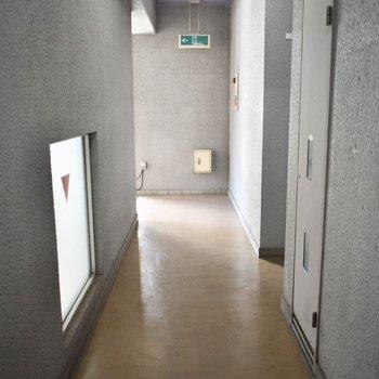 この廊下を通って、お部屋までどうぞ。