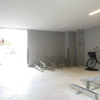 自転車置き場は屋根付きです