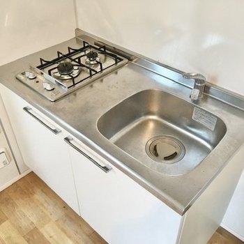 二口コンロに、調理スペースもしっかりあります。自炊はできそうですね。