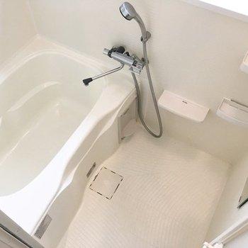 浴室は至ってシンプルなデザイン。シャンプーラックにバス用品を置いておきましょう。