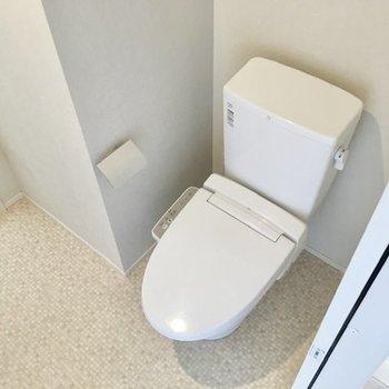その向かいにトイレがあります。上部にはラックがあるので、ストックの収納もできます。