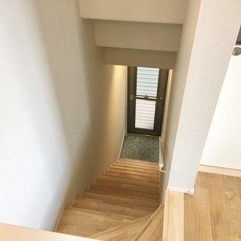 階段の下に玄関が。