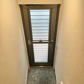 玄関上部には窓がついていますが、ロールカーテンで目隠しが可能。