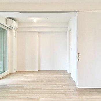 【LDK】スライドドアを開け放つと、開放的にお過ごしいただけます。
