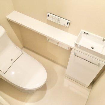 トイレは個室タイプ。温水洗浄便座が取り付けられています。