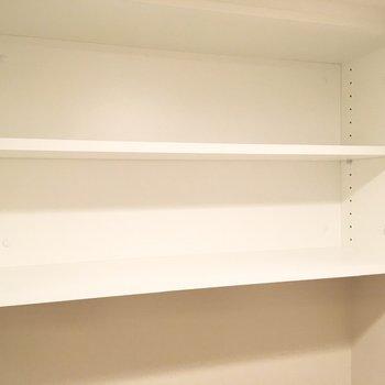 トイレ用品のストックは上部の棚へ。