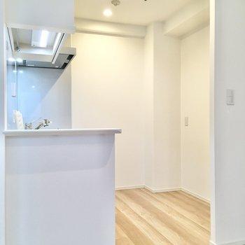 【LDK】空間にもゆとりがあり、大型の家電製品でも余裕を持って配置できます。