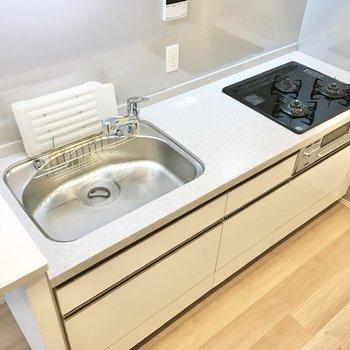 【LDK】コンロ付き3口コンロに、広々とした調理スペース。料理が捗りますね。
