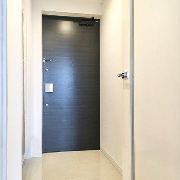 フラットな玄関は開放的な印象を与えてくれますね。
