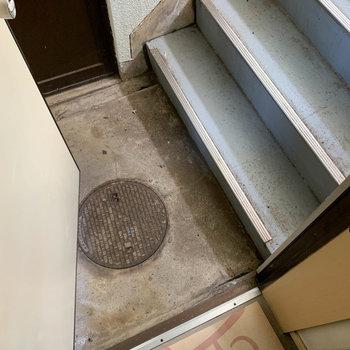 玄関開けるとすぐに階段