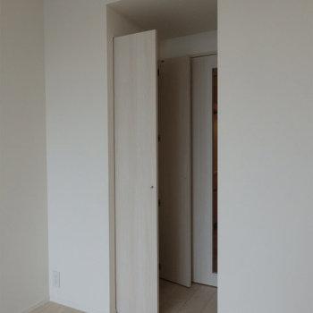 この奥に収納があります。※写真は5階の同間取り別部屋のものです
