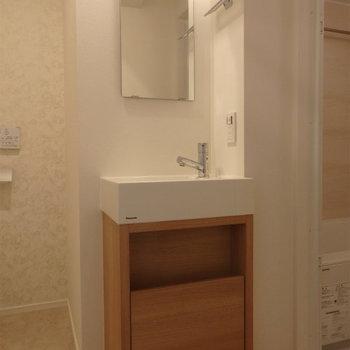 木目がかわいい洗面台。※写真は5階の同間取り別部屋のものです