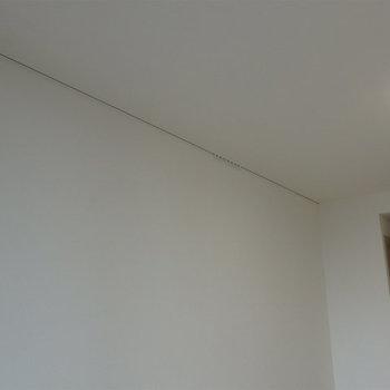 ピクチャーレールが付いています。※写真は5階の同間取り別部屋のものです