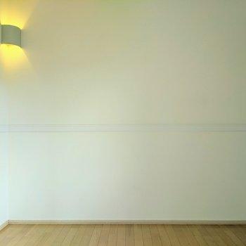 【洋室】電球色のライトで落ち着く雰囲気になります。