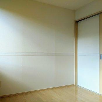 【洋室】約5.2帖の広さ、寝室にどうぞ。