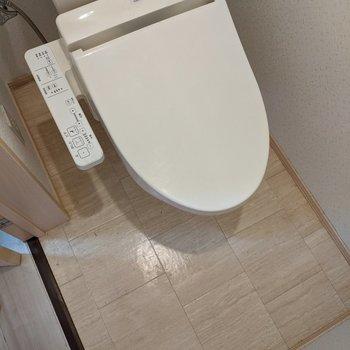 トイレは温水便座付きですよ〜。