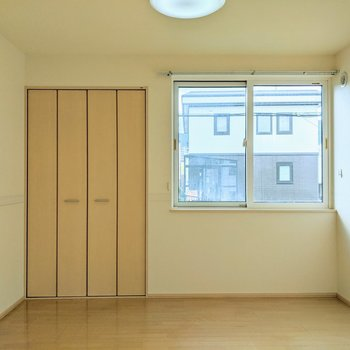 【洋室】窓は南西向きです。明るく暮らせそうですね。