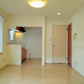 【リビング】約8.5帖の広さ。テーブルやソファ、家具も置けちゃいますよ〜。