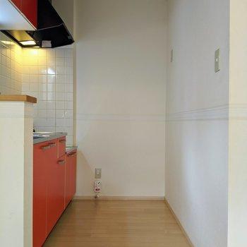 【キッチン】冷蔵庫はコンセントのある右奥に置くと良さそうです。