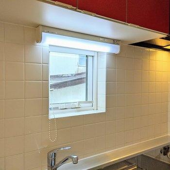 【キッチン】窓があるので換気もすぐにできて嬉しいですよ。