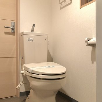 まずはトイレから。窓があるので、換気もこまめにできますね。