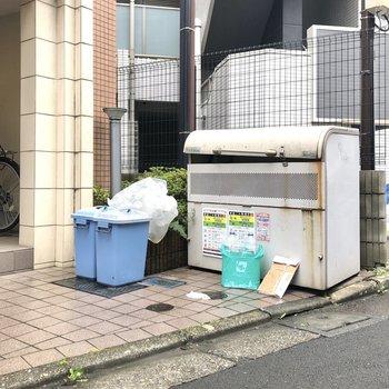 ゴミ捨て場はエントランスから道路に出てすぐ左に。お出かけのついでにゴミ捨てができますよ。