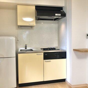 キッチンがあらわれます!料理をしない時はロールカーテンを下げるとお部屋がすっきりしますよ。