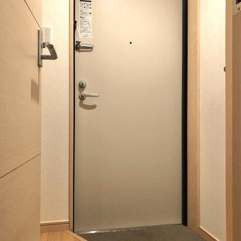 脱衣所の扉を開けると、すぐそこには玄関が。