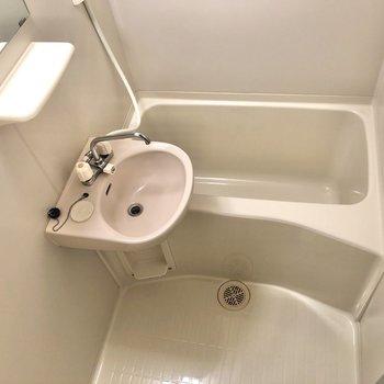 洗面室・浴室です。歯ブラシなどの小物を置くスペースはありますよ。