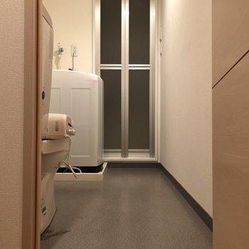 続いてはトイレ、洗濯機置き場、浴室へ。