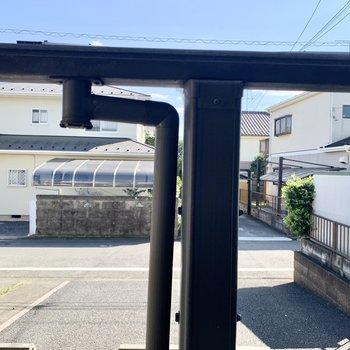 1階テラス眺望は駐輪場の屋根が見えます。