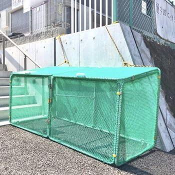 ゴミ捨て場は敷地内道路側にあります。
