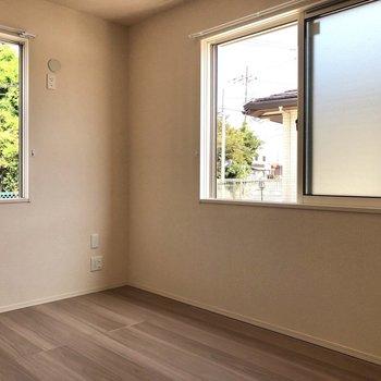 【洋室 北東側】すりガラスになっておりカーテンをしめていなくても人目が気になりません。