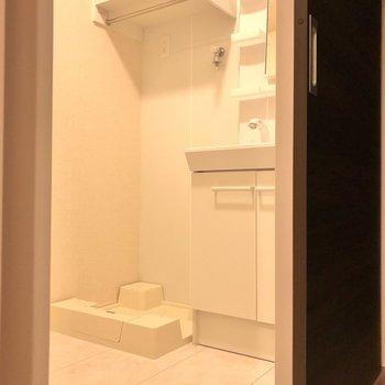 水回りへ。洗濯機パンの上部には棚もあります。