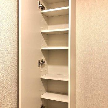 トイレットペーパーなどをしまっておける棚もありますよ。