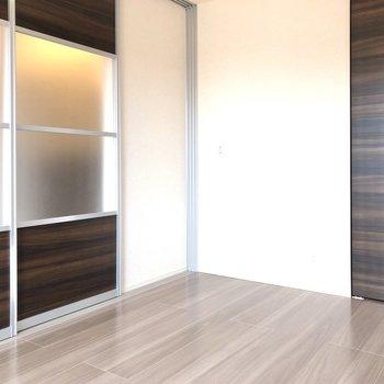 【洋室 南西側】LDKとの扉は半透明になっているので光を共有できますね。