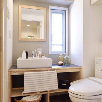 採光面窓のある明るい脱衣所。洗面台下部にはランドリーボックスや、タオルなどを入れておくと便利かも。