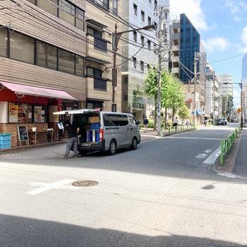 お部屋近くの通りはお弁当やコンビニがあるので便利です。