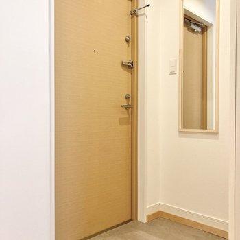 玄関には姿見もあります。