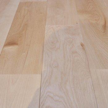 お部屋全体に広がるバーチの無垢床です。独特の光沢が美しい。