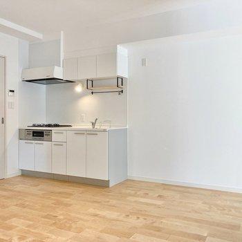 真っ白の大きなキッチンと無垢床のコラボレーション!