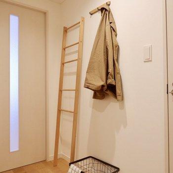 廊下にはフックがあり、外套や鍵などの小物を吊るしておけますね。