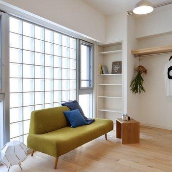 壁の1面がすべて窓になっており、ガラスブロックなど個性ある造りお洒落。
