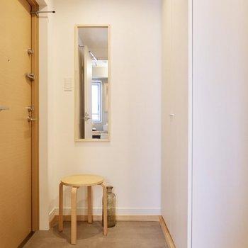玄関はタタキ部分が広く、姿見付きでお出かけ前のチェックもササッとできちゃいます。